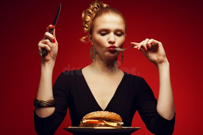 Sjukligt äta tomat för smörgås för grönsallat för skräp för fisk för gurka för begrepp för höna för bakgrundshamburgareost djup m arkivfoton