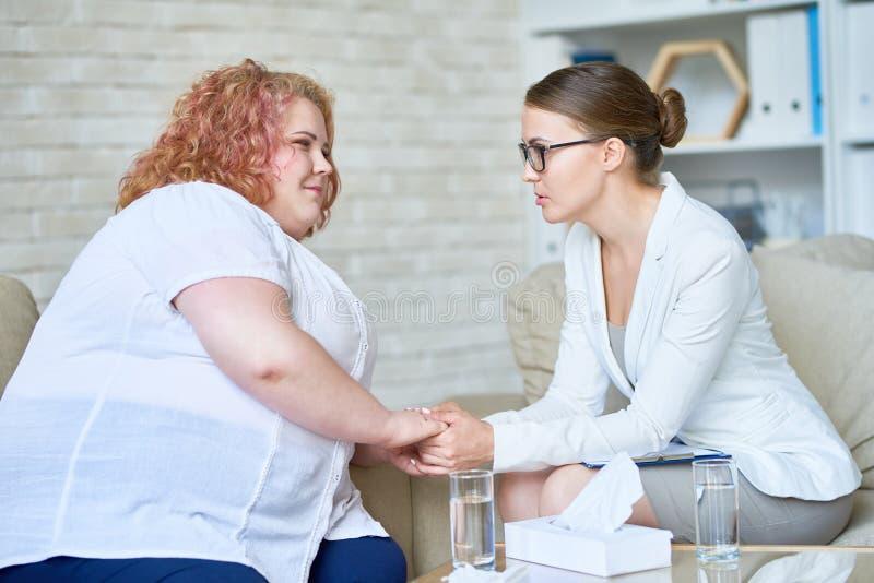 Sjukligt fet ung kvinna i psykoterapiperiod royaltyfri foto