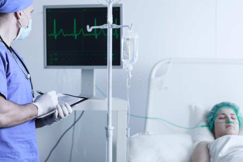 Sjuksköterskaövervakningpatients livsviktiga funktioner arkivbilder