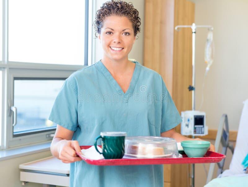Sjuksköterska Holding Breakfast Tray In Hospital Room royaltyfri foto