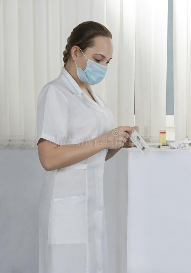 Sjuksköterska i sjukhussal på arbete arkivfoton