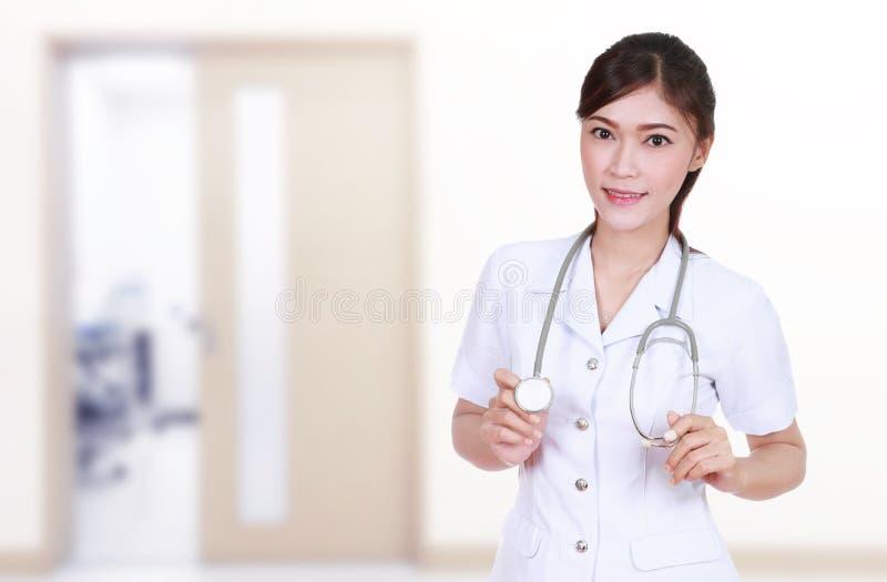 Sjuksköterska med stetoskopet i sjukhus arkivbild