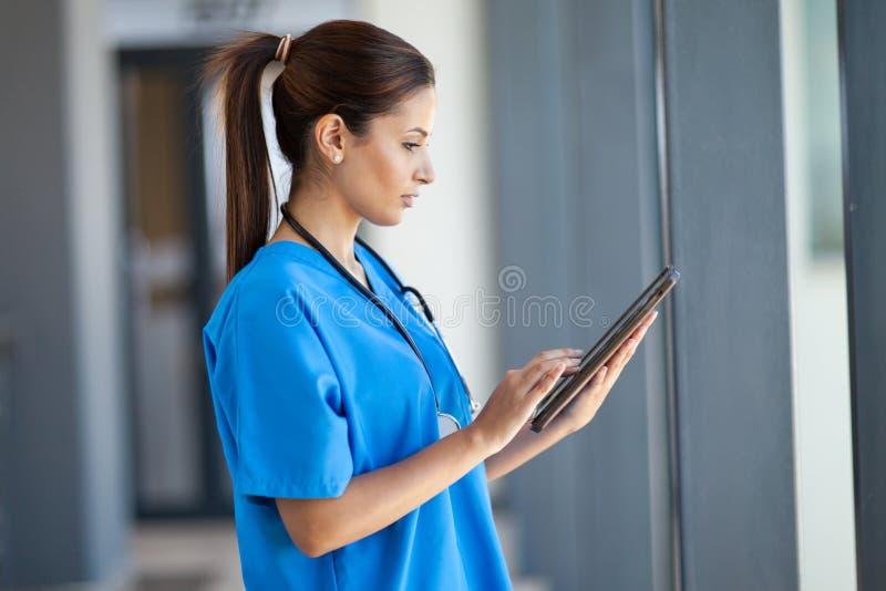 Sjuksköterska som använder tabletdatoren royaltyfri foto