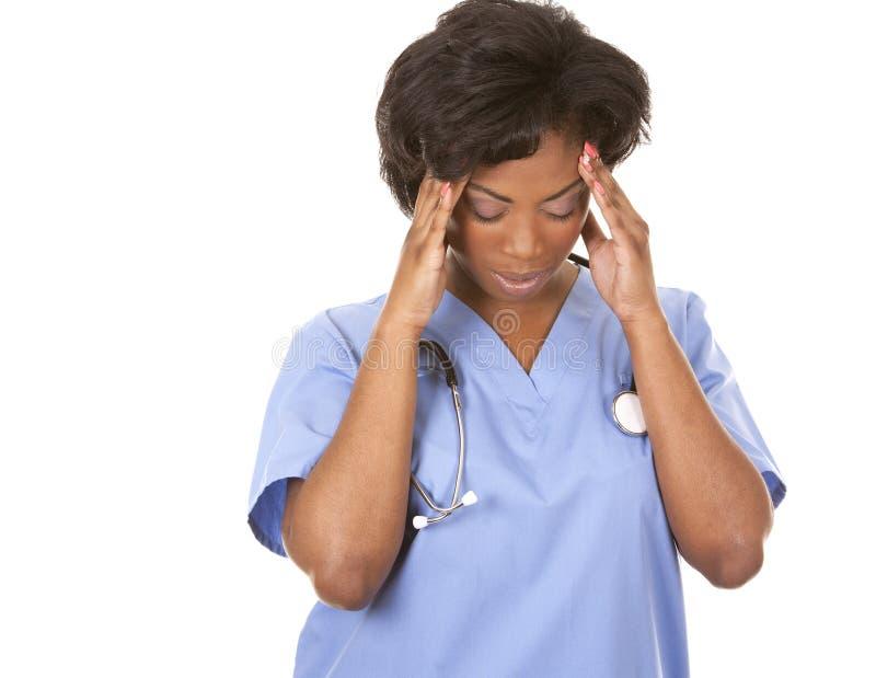 Sjuksköterska som har en huvudvärk royaltyfri bild