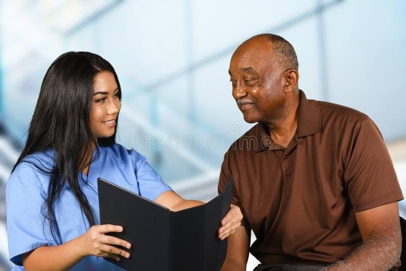 Sjuksköterska Taking Care av pensionären royaltyfri fotografi
