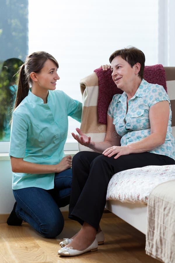 Sjuksköterska Talking With Patient royaltyfri fotografi