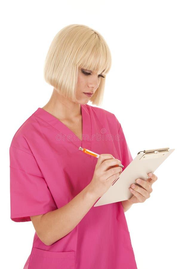 Sjuksköterskan i rosa färger skurar handstil arkivfoton