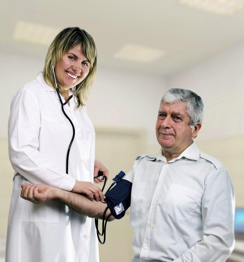 Sjuksköterskan mäter festen, sjukhus royaltyfri bild