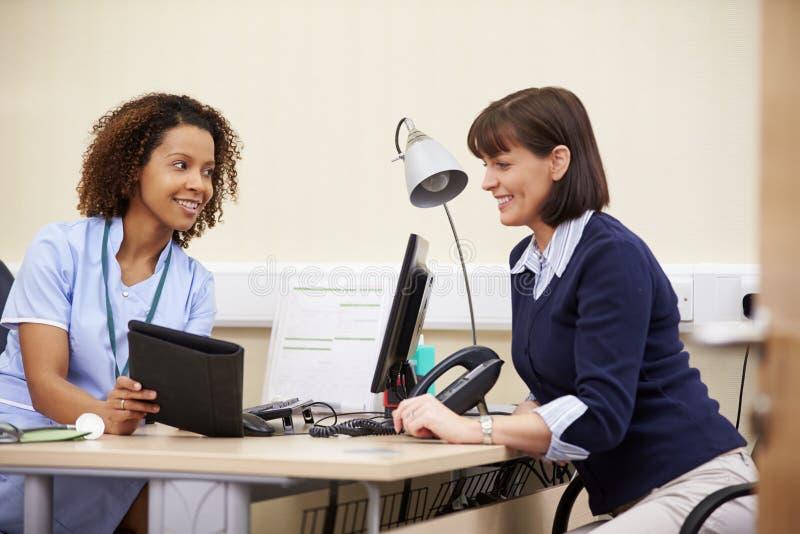 SjuksköterskaShowing Patient Test resultat på den Digital minnestavlan arkivbild