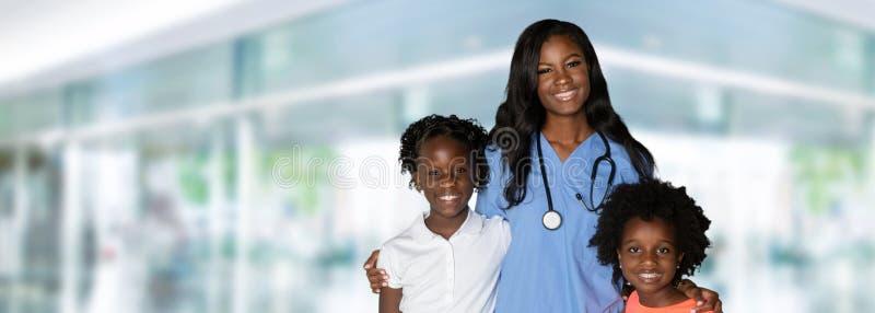 SjuksköterskaWith Children At sjukhus arkivfoto