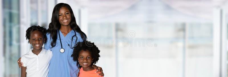 SjuksköterskaWith Children At sjukhus royaltyfri bild