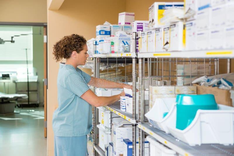 SjuksköterskaWorking In Storage rum av sjukhuset royaltyfria foton