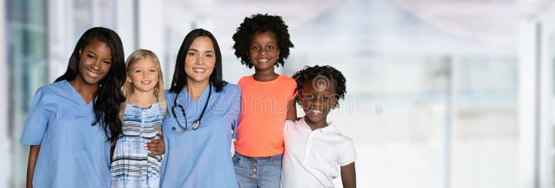 Sjuksköterskor med barn fotografering för bildbyråer