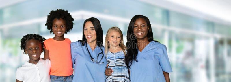 Sjuksköterskor med barn arkivfoton