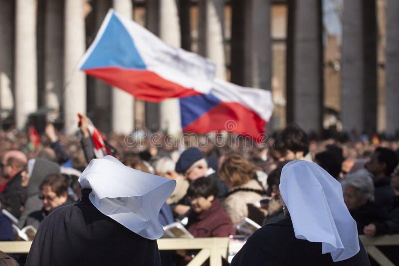 Sjuksköterskor på mass för påve Francis royaltyfri bild