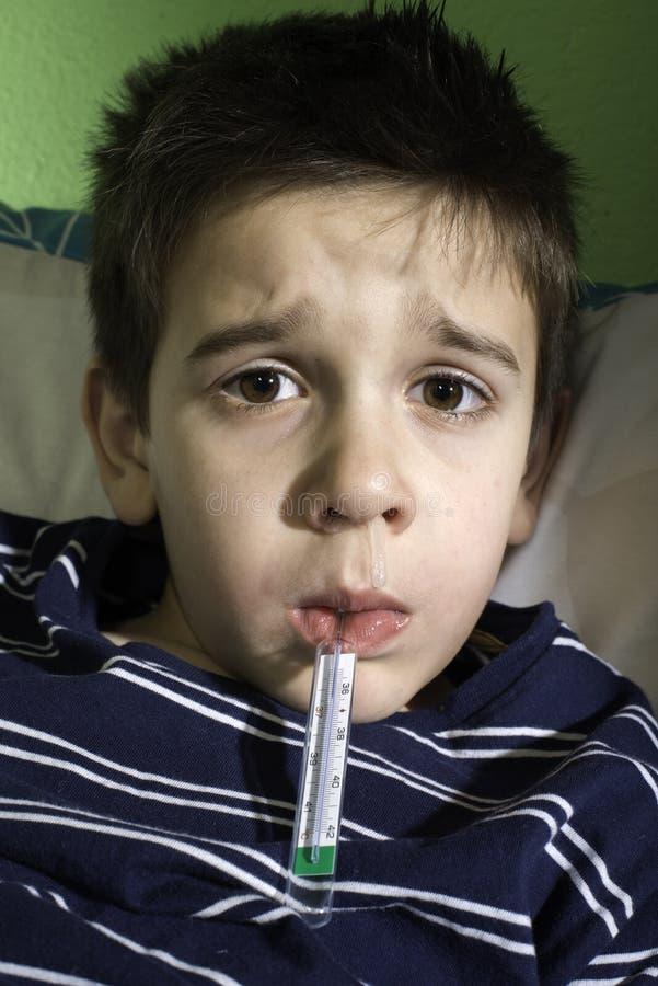 Sjukt barn i säng. fotografering för bildbyråer