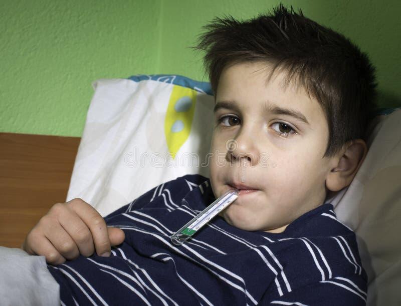 Sjukt barn i säng. arkivbilder