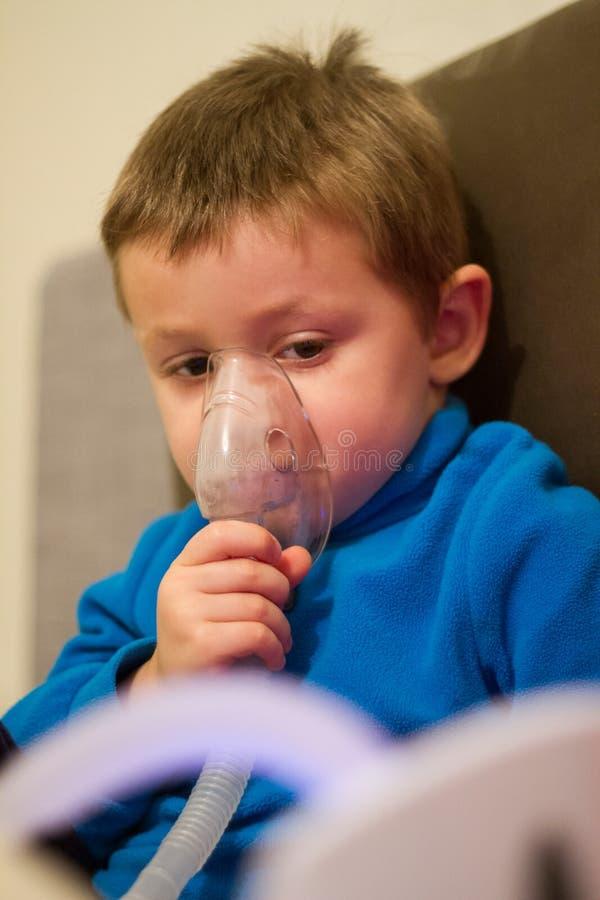 Sjukt barn under medicinsk behandling arkivfoto