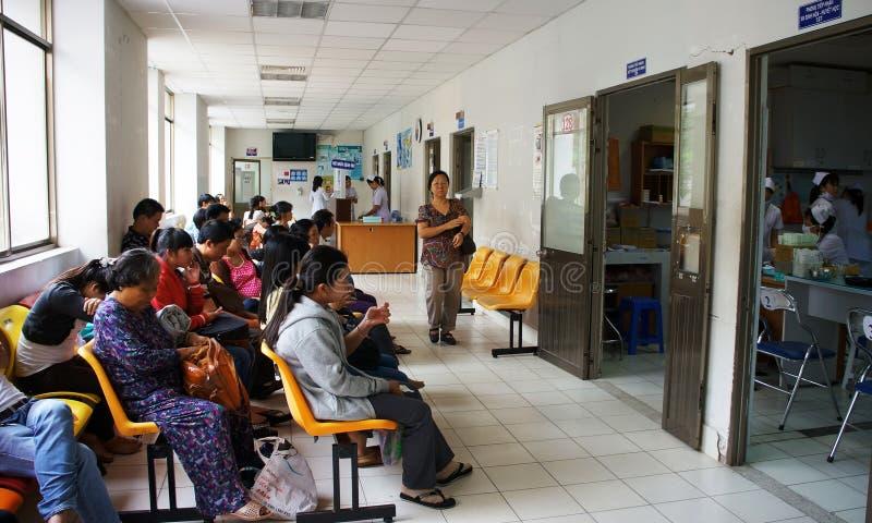 Sjukt folk som väntar på sjukhuset arkivfoto