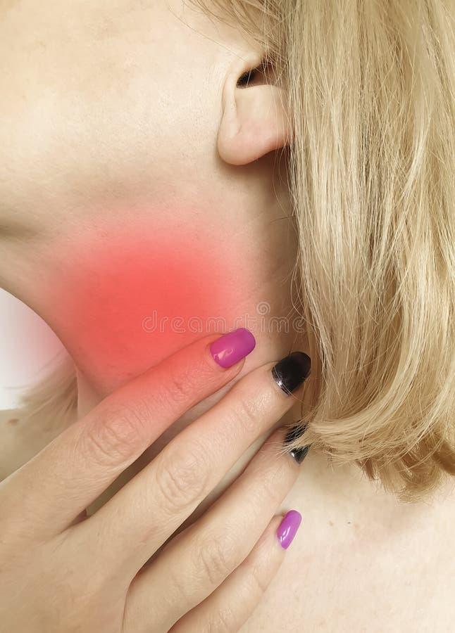 Sjukvård för öm hals för kvinna som sväljer respiratoriskt obekvämt trycka på för symptomsyndromsjukdom arkivbild