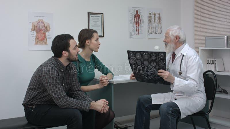 Sjukvård- och läkarundersökningbegrepp Doktor med tålmodig som ser röntgenstrålen