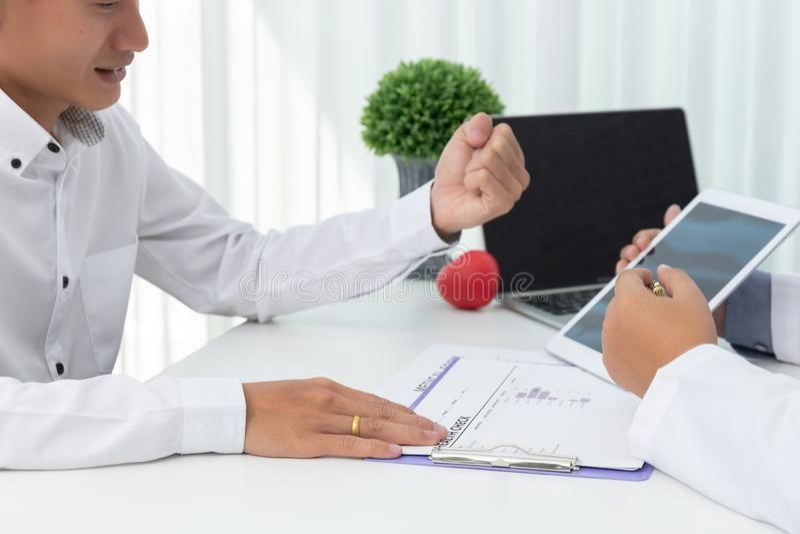 Sjukvård och medicinskt begrepp, hållande hjärtaboll för doktor och att förklara hjärtsjukdomtecken och medicinsk behandling till arkivfoto