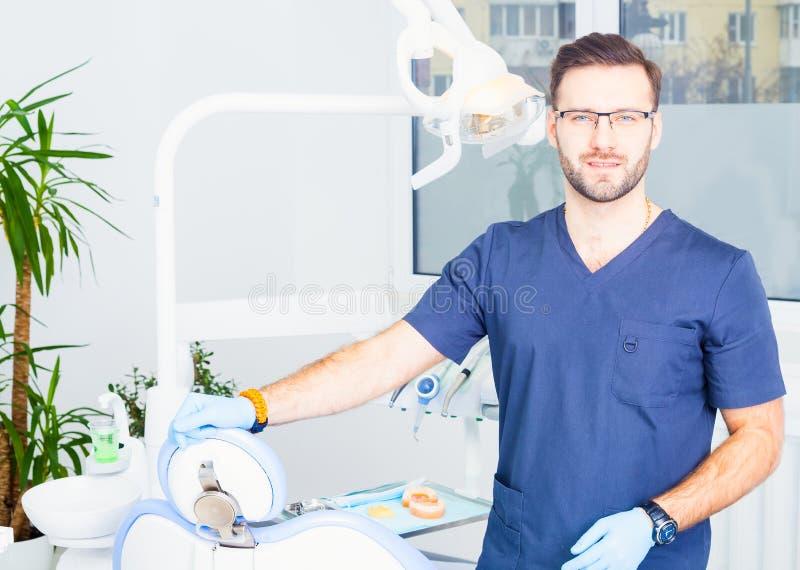 Sjukvård-, yrke-, stomatology- och medicinbegrepp - le den manliga tandläkaren över medicinsk kontorsbakgrund royaltyfria foton