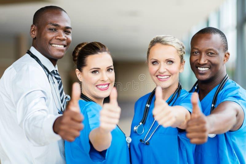 Sjukvårdarbetare tumm upp royaltyfri bild