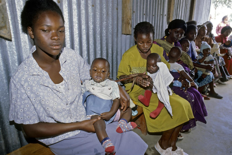 Sjukvården för kenyanskt behandla som ett barn i slumkvarteret, Nairobi arkivfoto