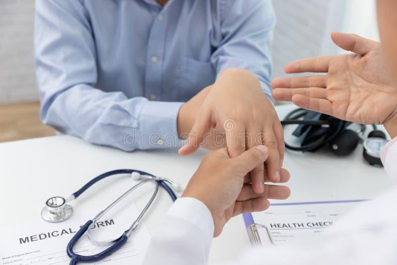 Sjukvården och det medicinska begreppet, doktor förklarar handleden smärtar tecken och medicinsk behandling till patienten i sjuk arkivbild