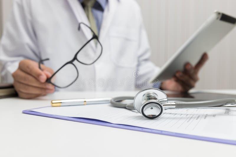 Sjukvården och det medicinska begreppet, doktor förklarar tecken och medicinsk behandling till patienten i sjukhus arkivfoto
