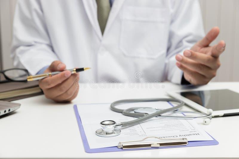 Sjukvården och det medicinska begreppet, doktor förklarar tecken och medicinsk behandling till patienten i sjukhus royaltyfri bild