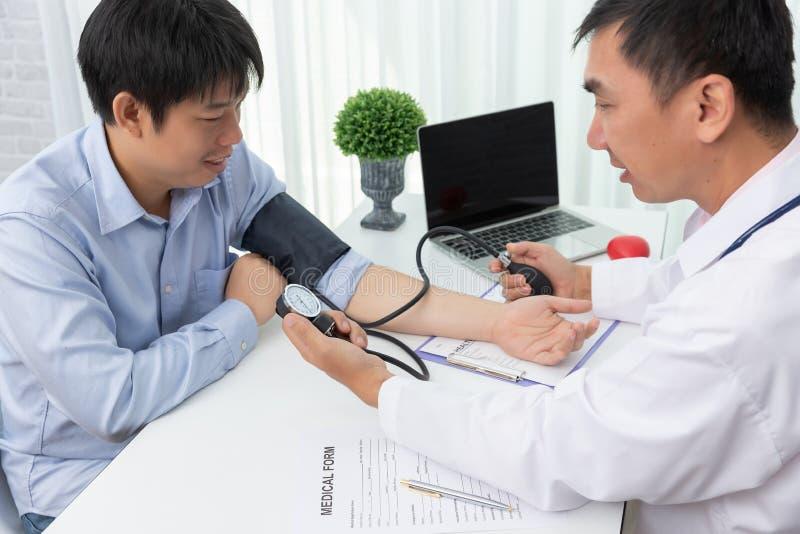 Sjukv?rd och medicinskt begrepp, doktor som kontrollerar patiens puls royaltyfri fotografi