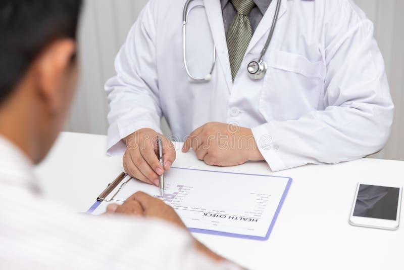 Sjukv?rden och det medicinska begreppet, doktor f?rklarar tecken och medicinsk behandling till patienten i sjukhus royaltyfria bilder