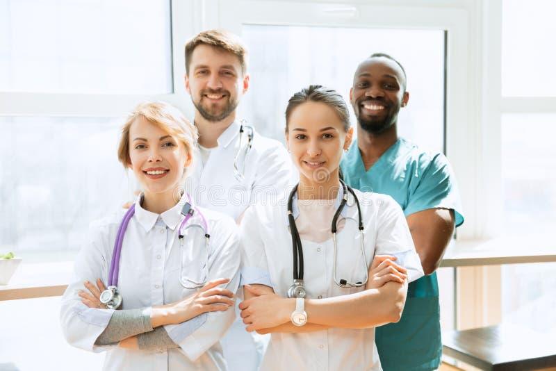 Sjukv?rdfolkgrupp Yrkesm?ssiga doktorer som arbetar i sjukhuskontor eller klinik royaltyfri bild