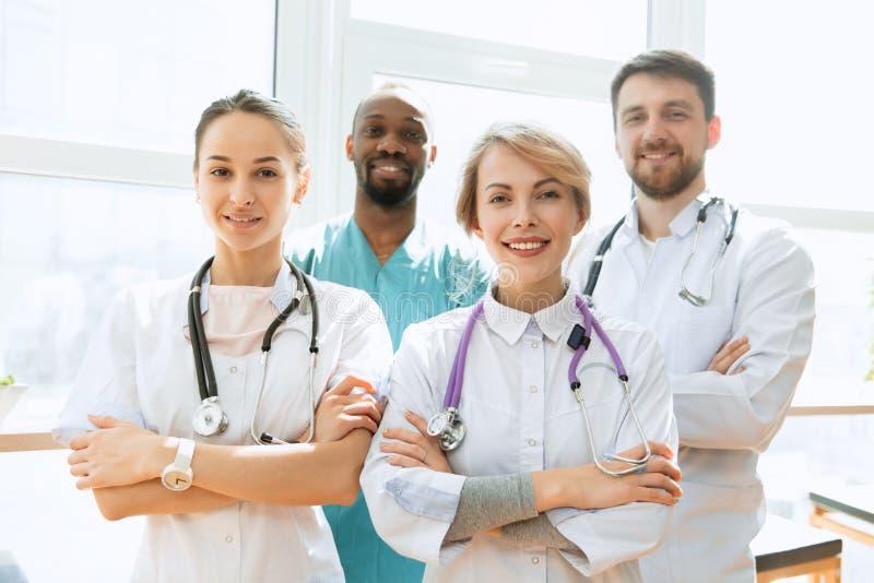 Sjukv?rdfolkgrupp Yrkesm?ssiga doktorer som arbetar i sjukhuskontor eller klinik royaltyfri foto