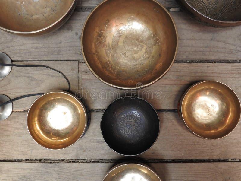 Sjunga bunke-koppen av popul?rt liv - samlas produktsouvenir i Nepal, Tibet och Indien-stag p? den etniska traditionella tr?prydn royaltyfri foto