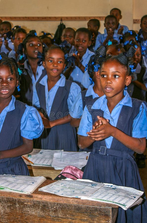 Sjunga elemetary skolapojkar och flickor i lantliga Haiti royaltyfria bilder