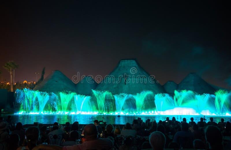 sjunga för barcelona springbrunnliggande Glödande kulöra springbrunnar och laser-show royaltyfria bilder