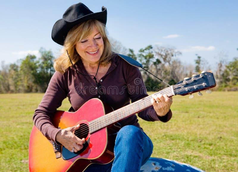 sjunga för cowgirl arkivbilder