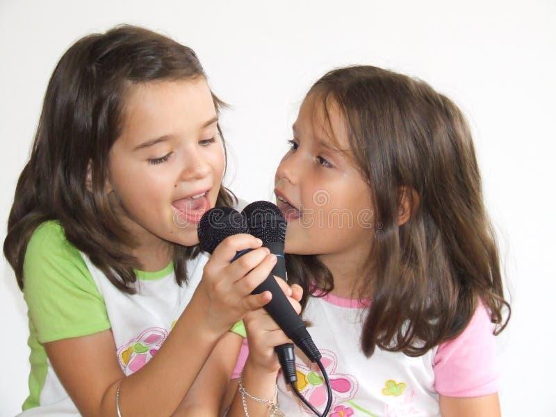 sjunga för flickor royaltyfri bild