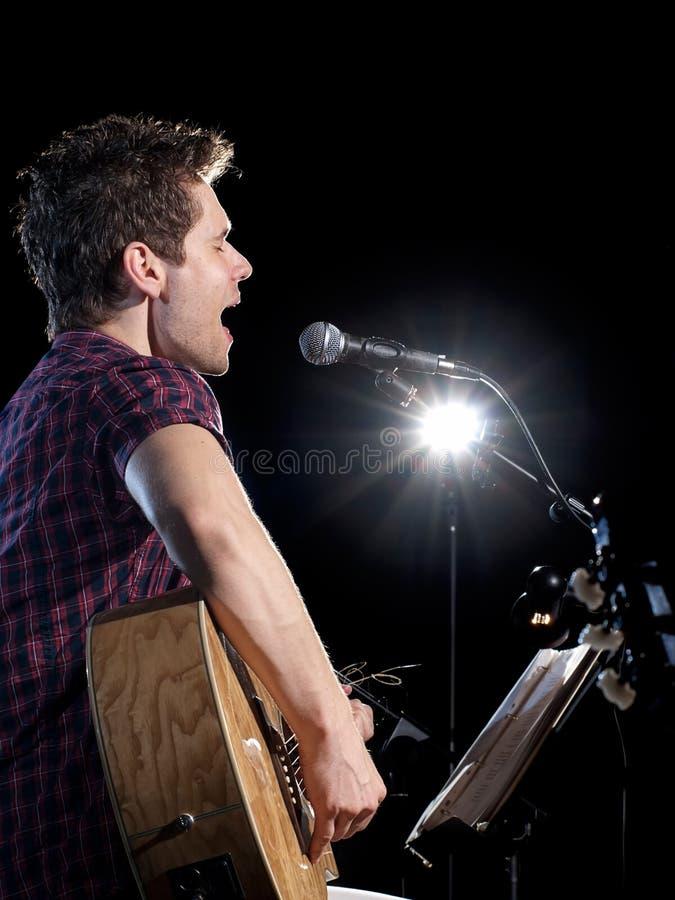 sjunga för gitarristspelare arkivbilder