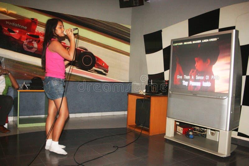 Sjunga för karaoke fotografering för bildbyråer