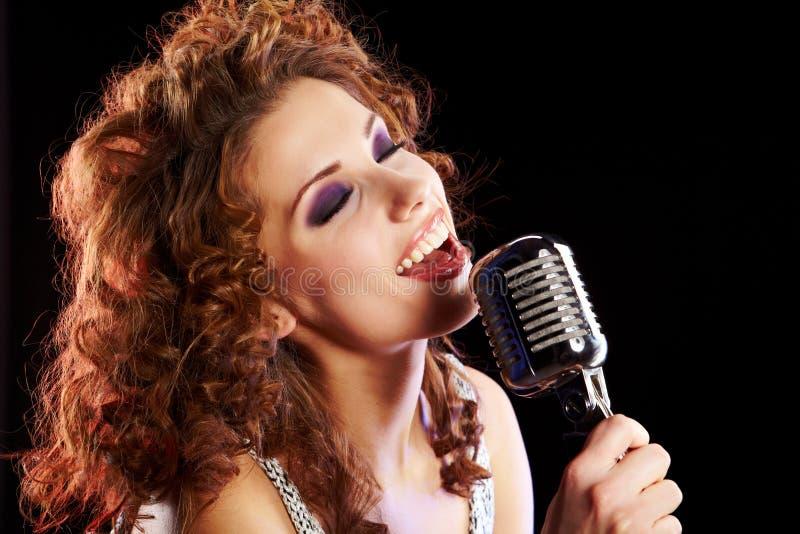 sjunga för kvinna royaltyfri bild