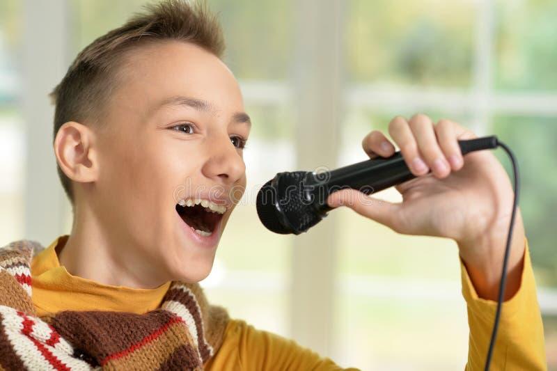 sjunga för pojke som är teen royaltyfri foto