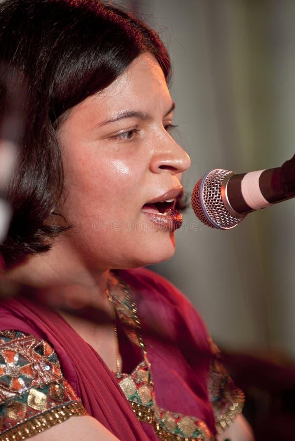 sjunga för respect för pooja för angraexeter festival arkivfoto