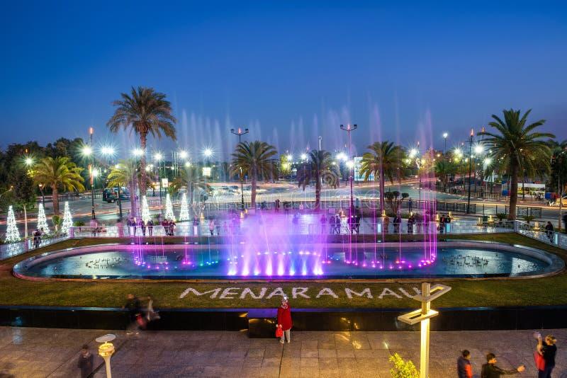 Sjunga springbrunnen som lokaliseras på den Menara gallerian i Marrakech på natten royaltyfria bilder