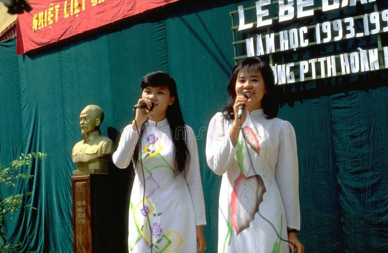Sjunga vietnames flickor för hög skola på sista beröm i Hanoi royaltyfri foto