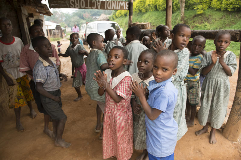 Sjungande barn i Afrika arkivbild