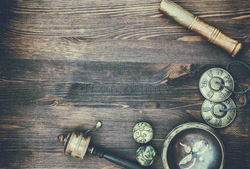Sjungande bunke, magibollar, vals och valsplatta på en träbackg arkivfoto